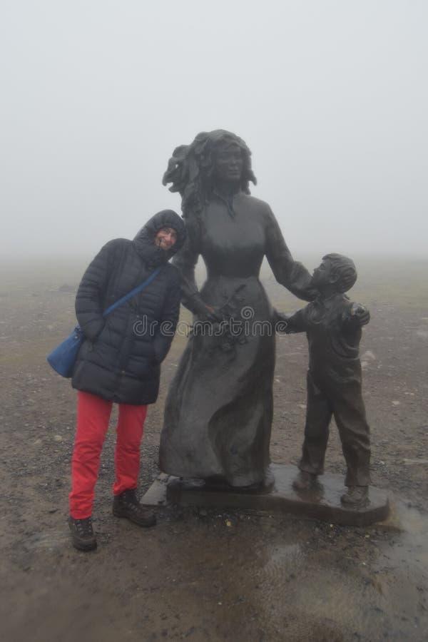 Tartende regen, mist en wind bij de het Noordenkaap Noorwegen stock foto's