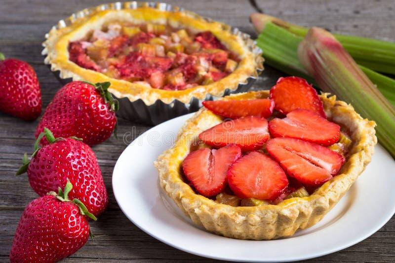 Tartes avec les fraises et la rhubarbe photo stock