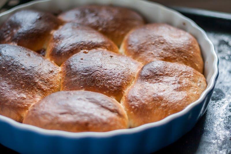 Tartes cuits au four dans un plat en céramique de cuisson photos stock