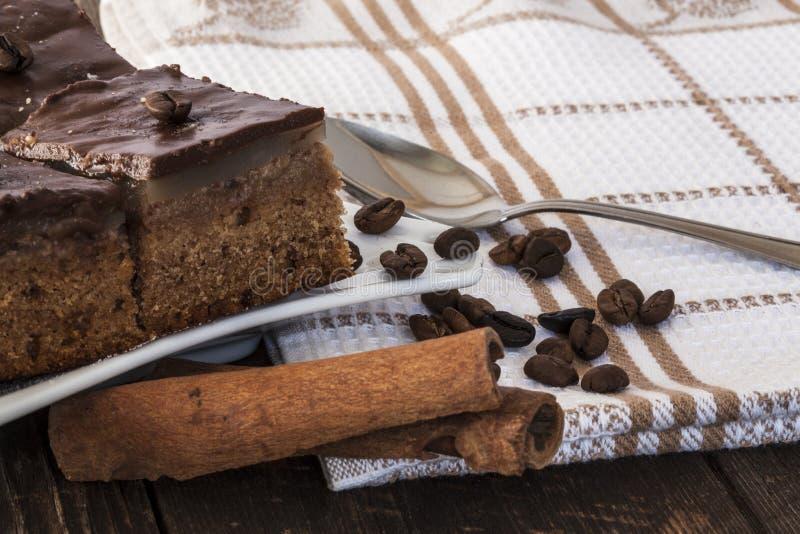 Tartes de chocolat avec des bâtons de café et de cannelle photos libres de droits