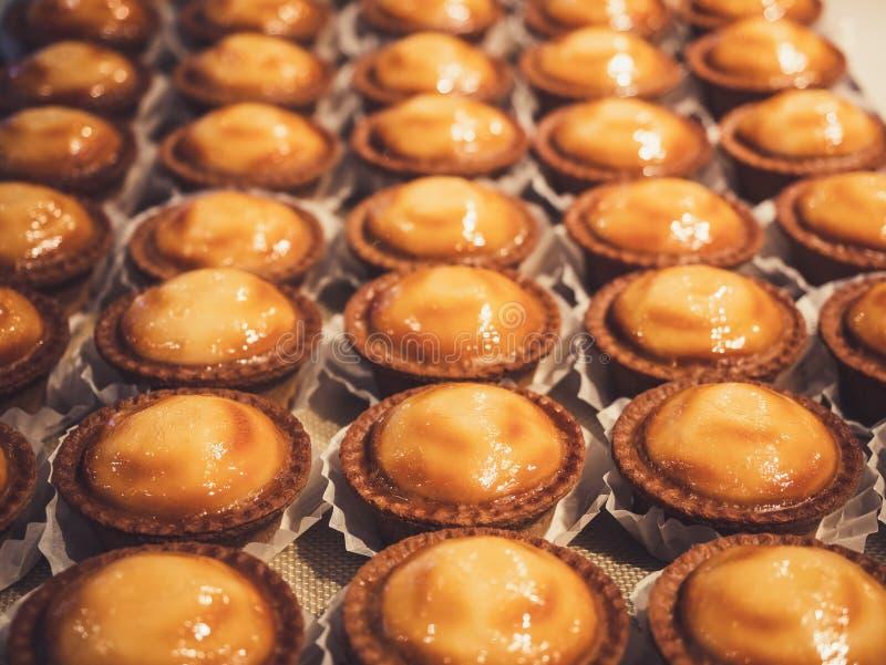Tartes de fromage en dessert cuit au four par boulangerie de plateau dans le magasin photos libres de droits