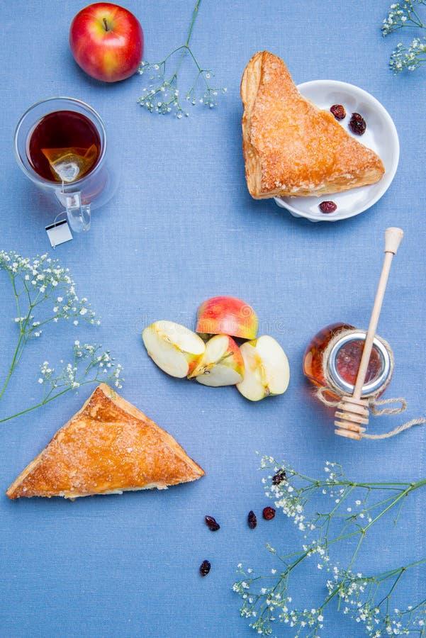Tartes de maçã com chá imagens de stock