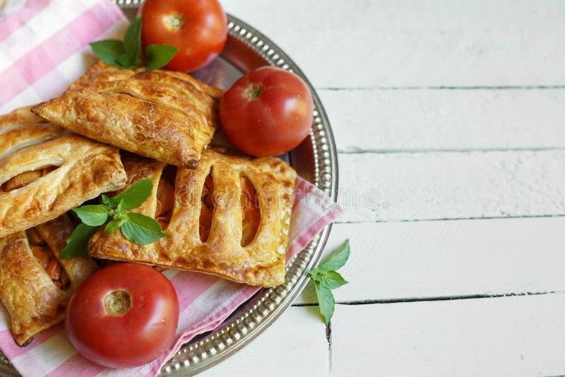Tartes de pâte feuilletée avec le pesto et la menthe rouges sur la table en bois avec l'endroit pour le texte image libre de droits