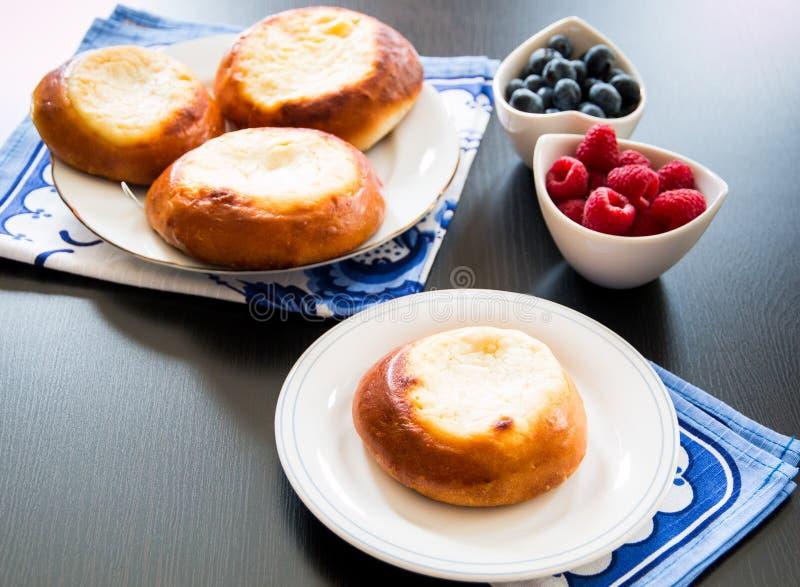 Tartes de pâtisserie de fromage blanc, vatrushka en cuisine russe. image libre de droits