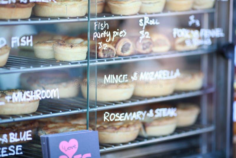 Tartes de poissons sur l'étagère photo libre de droits