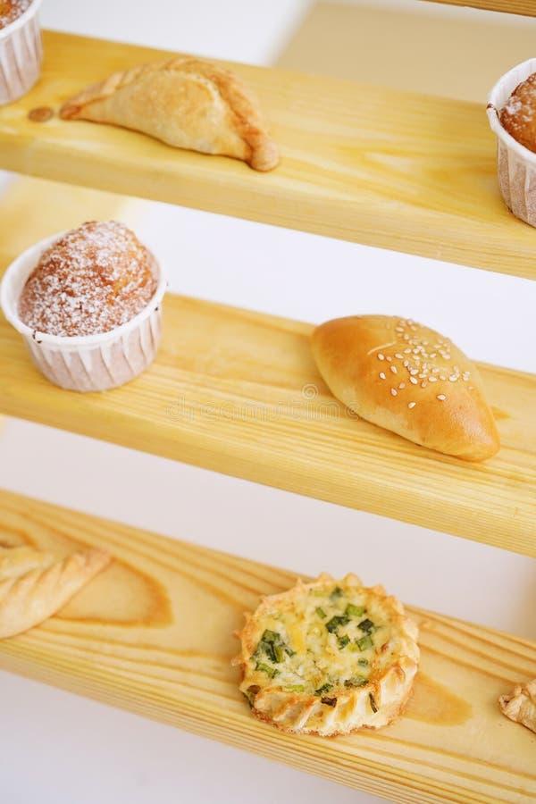 Tartes et gâteaux cuits au four sur les étagères en bois images libres de droits