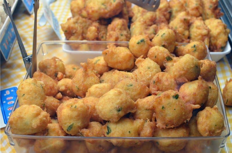 Tartes frits de pomme de terre avec un remplissage de viande, des légumes et des poissons dedans photos libres de droits