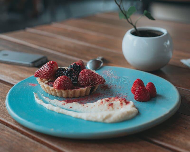 Tartine delicioso del chocolate con las frutas y la nata rojas foto de archivo