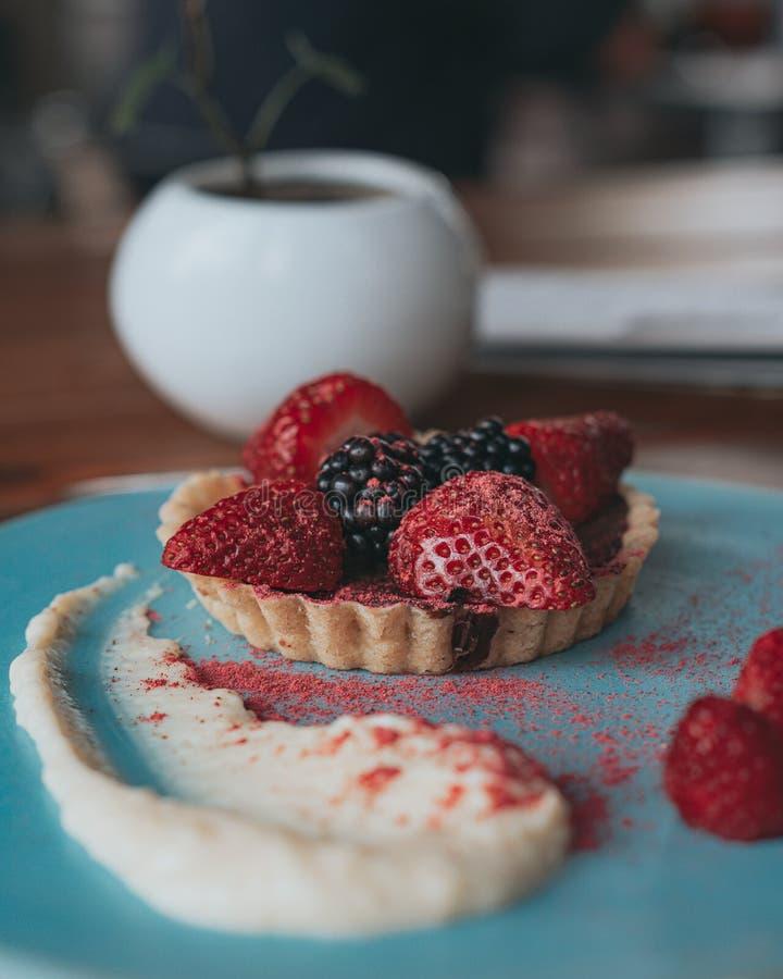 Tartine delicioso del chocolate con las frutas y la nata rojas imágenes de archivo libres de regalías