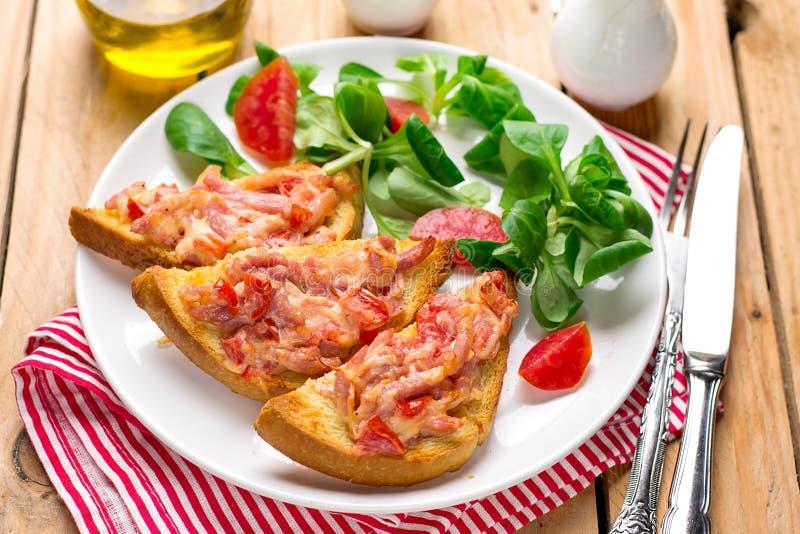 Tartine för öppen smörgås med tomaten, skinka och ost royaltyfria bilder