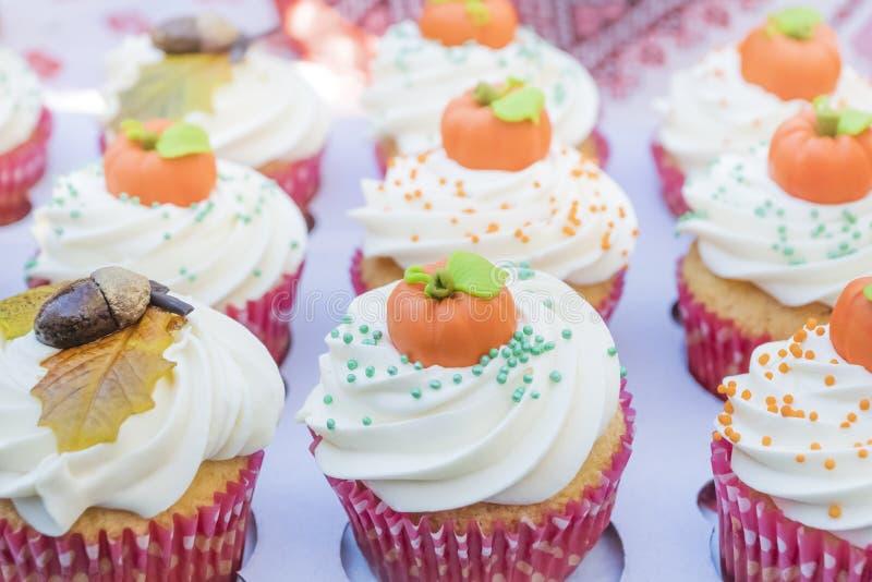 Tartlet de la torta con la calabaza decorativa foto de archivo libre de regalías