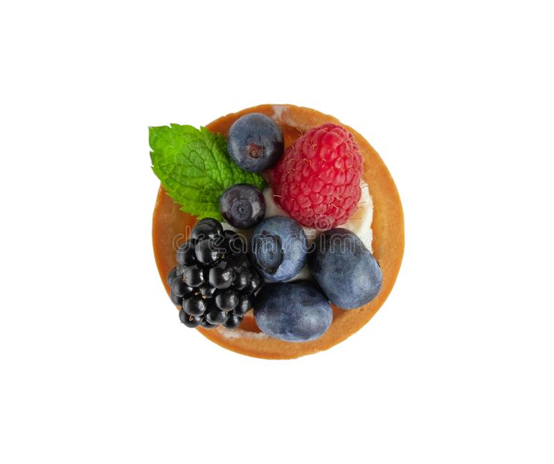 Tartlet mit Beeren der Himbeere, Heidelbeere, Brombeere, Blaubeere lokalisiert auf weißem Hintergrund Kuchen mit Beeren, tadellos stockbild