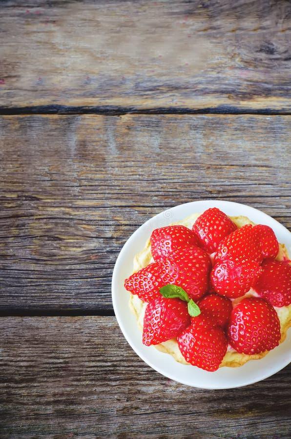 Tartlet mit Erdbeeren lizenzfreie stockbilder