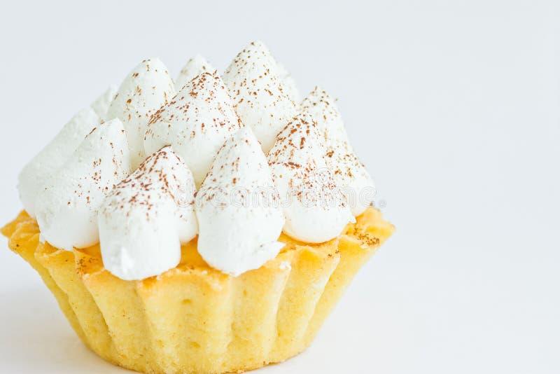 Tartlet Shortbread с взбитый замораживать швейцарских меренг Cream на белой предпосылке Элегантные европейские итальянские печень стоковое фото
