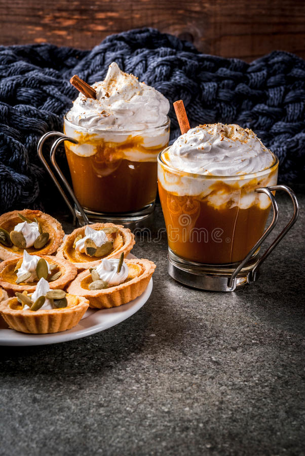 Tartlets κολοκύθας και latte στοκ φωτογραφίες με δικαίωμα ελεύθερης χρήσης