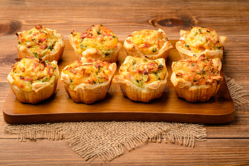 Tartlets που ψήνεται με την πολτοποίηες πατάτα, το τυρί, το ζαμπόν και το μαϊντανό στοκ φωτογραφίες με δικαίωμα ελεύθερης χρήσης
