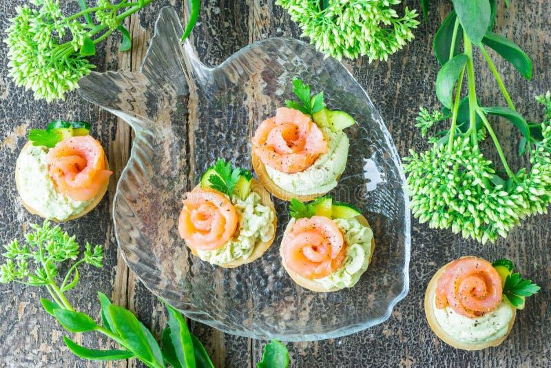 Tartlets с затиром авокадоа, посоленными семгами и петрушкой стоковое фото rf