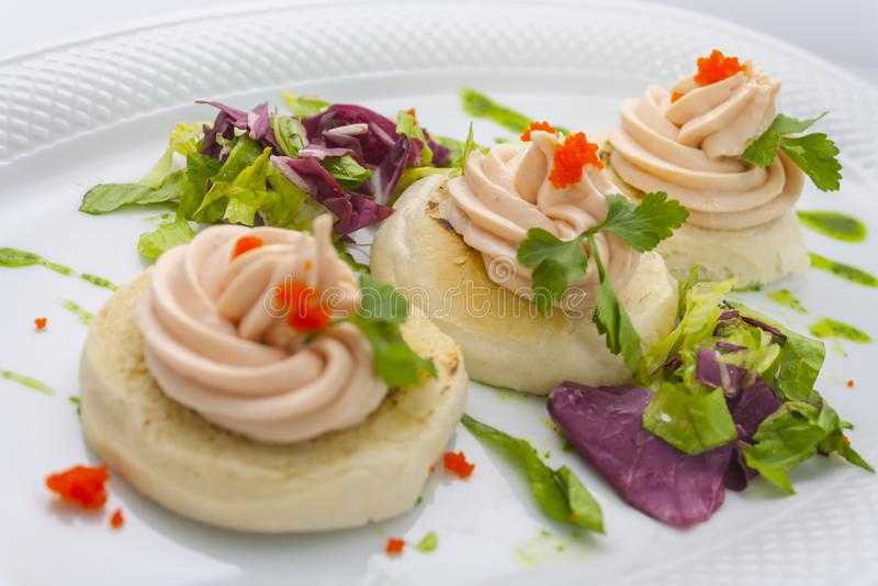 Tartlets с красной икрой, маслом, sprigs петрушки и салатом стоковые изображения rf