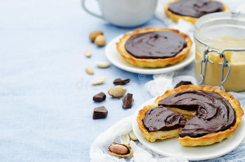Tartlets с муссом и шоколадом арахисового масла стоковая фотография
