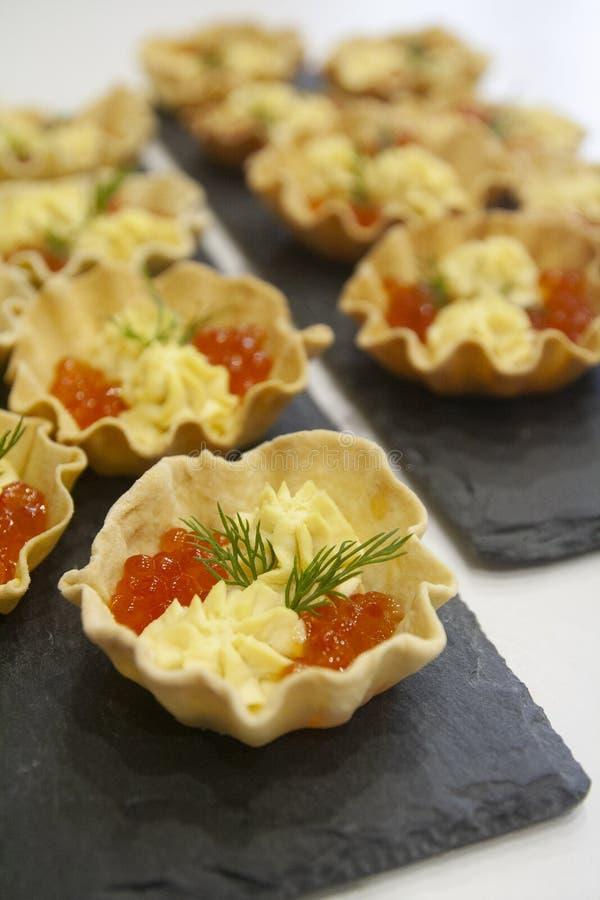 tartlets Casa-feitos do p?o para petiscos do caviar dos peixes e molho da gema foto de stock royalty free