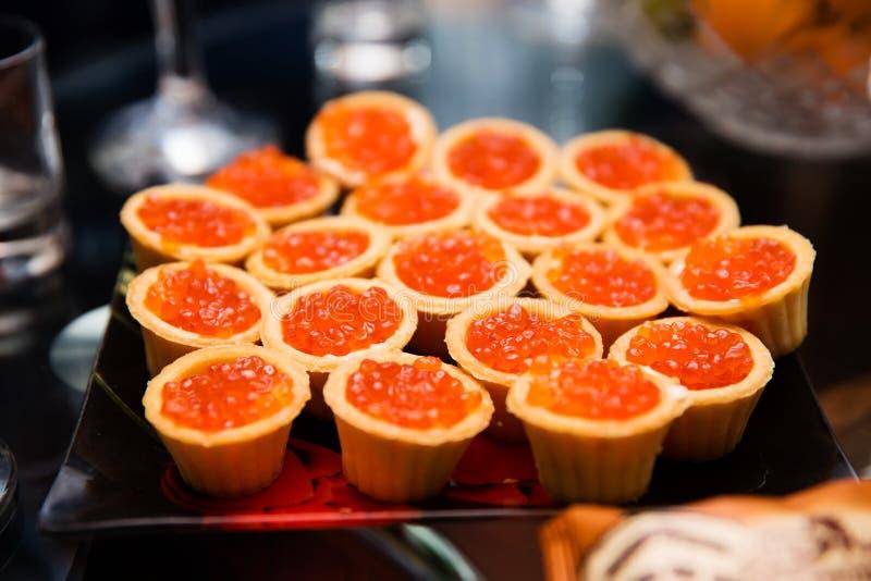 Tartlets com caviar vermelho imagem de stock royalty free
