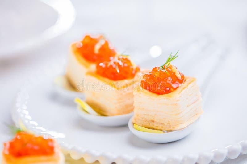 Tartlets com caviar vermelho imagem de stock