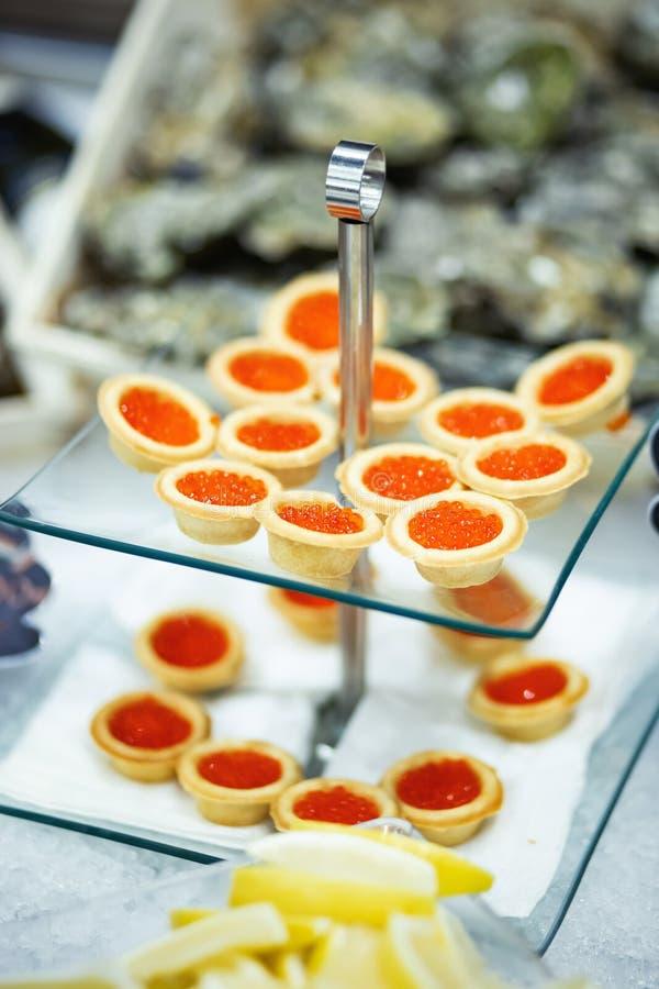 Tartlets com caviar vermelho foto de stock royalty free