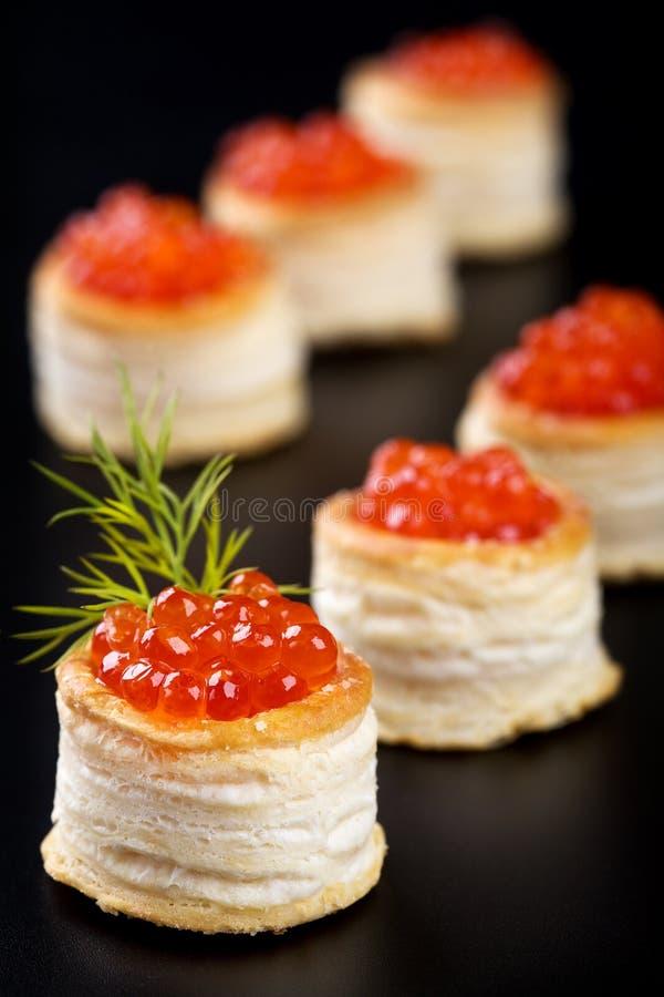 Tartlets com caviar vermelho fotografia de stock royalty free
