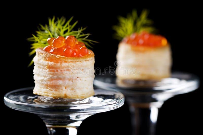 Tartlets com caviar vermelho imagens de stock royalty free