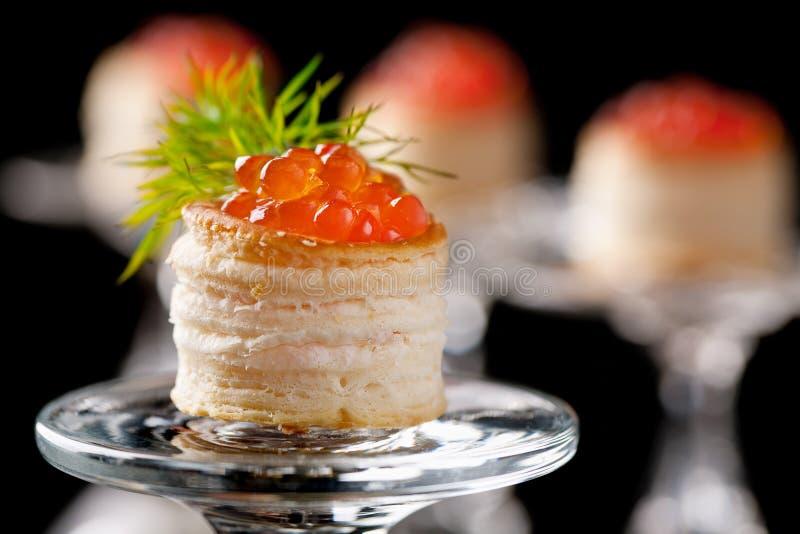 Tartlets com caviar vermelho fotos de stock