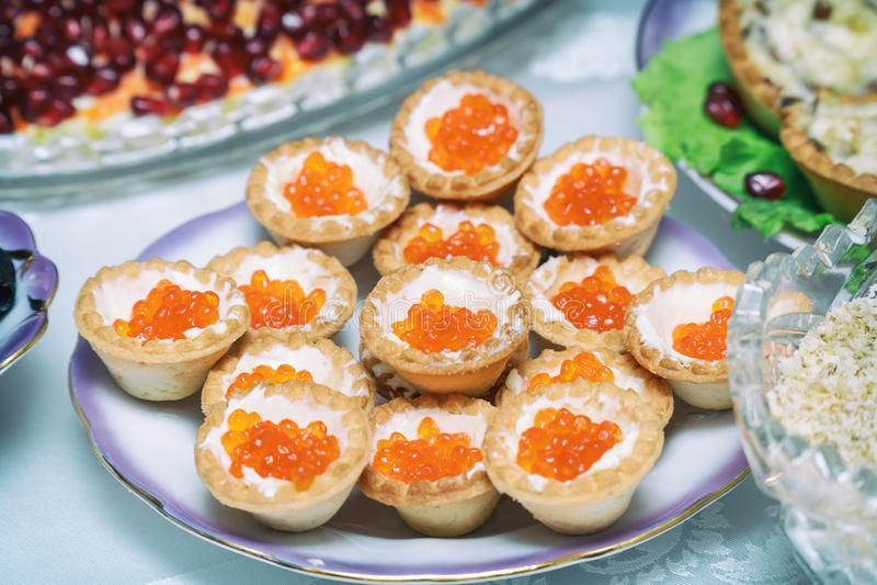 Tartlets com caviar vermelho em uma placa foto de stock royalty free
