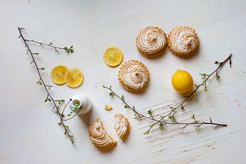 Tartlets com coalho e merengue de limão fotos de stock royalty free