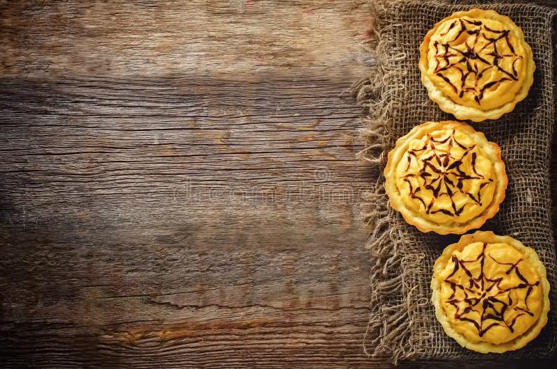 Tartlets com creme da abóbora para Dia das Bruxas para crianças imagem de stock