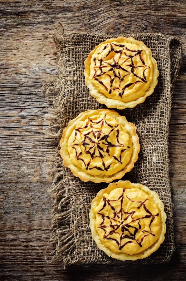 Tartlets com creme da abóbora para Dia das Bruxas para crianças fotos de stock