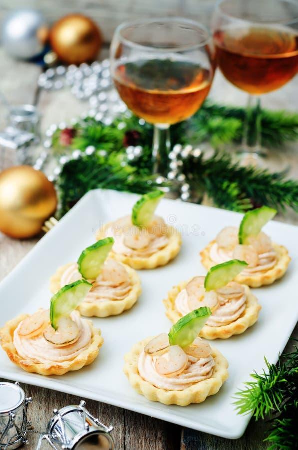 Tartlets com musse, camarão e o pepino salmon pelo ano novo foto de stock royalty free
