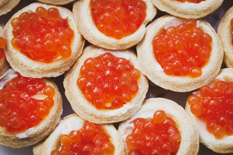 Tartlets com o caviar dos salmões vermelhos fotografia de stock