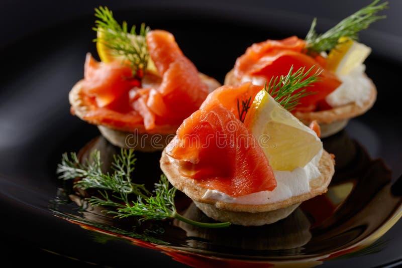 Tartlets com salmões imagem de stock