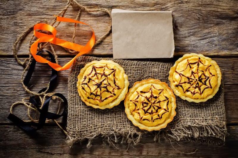 Tartlets con la crema de la calabaza para Halloween para los niños foto de archivo libre de regalías