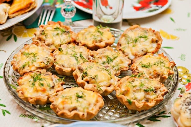Tartlets con queso y setas en una tabla festiva imagen de archivo libre de regalías