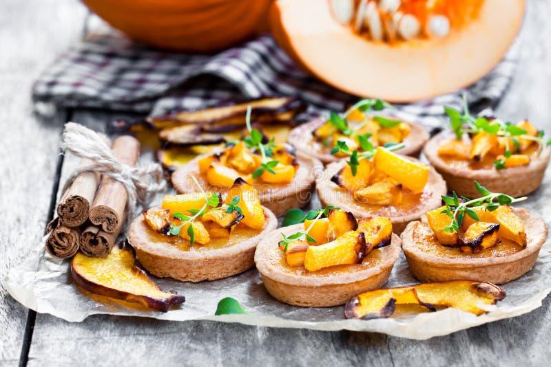 Tartlets deliciosos com a abóbora e canela cozidas do mel em rus fotos de stock