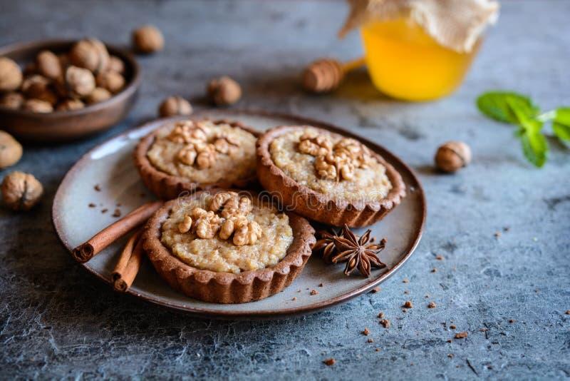 Tartlets deliciosos del pan de jengibre con el relleno de la nuez imágenes de archivo libres de regalías