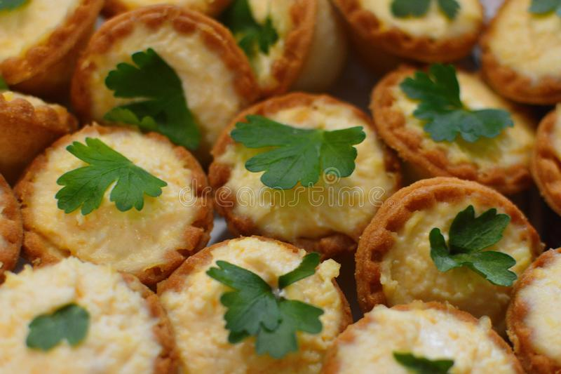 Tartlets do teste com queijo e verdes fotografia de stock royalty free