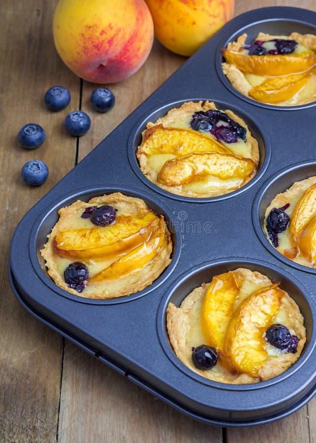 Tartlets hechos en casa con las frutas imagenes de archivo