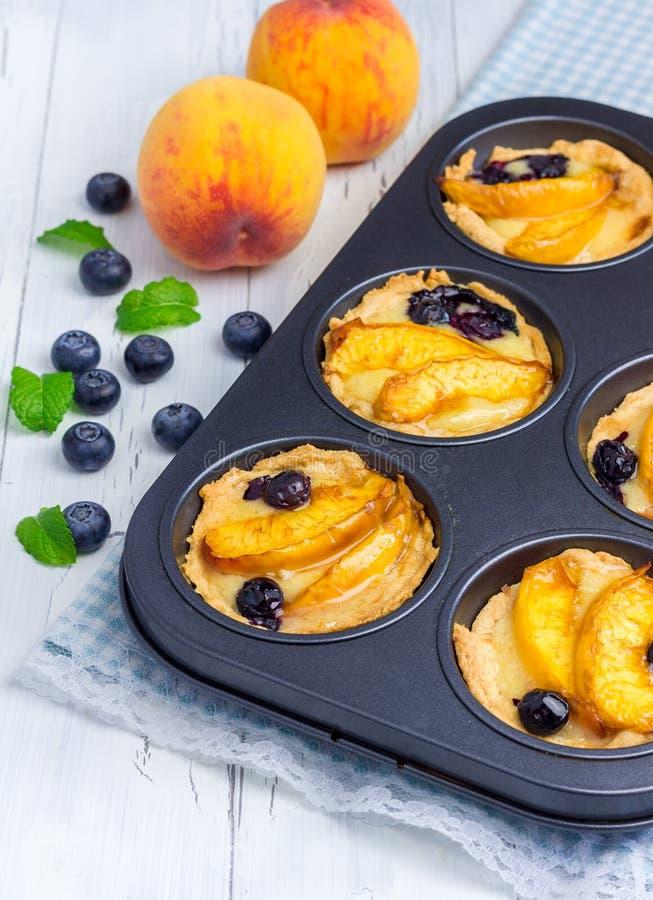 Tartlets hechos en casa con las frutas foto de archivo libre de regalías