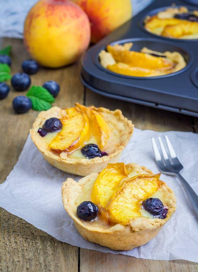 Tartlets hechos en casa con las frutas foto de archivo