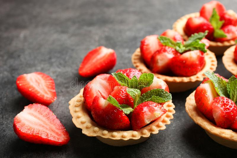 Tartlets med mogna jordgubbar arkivfoton