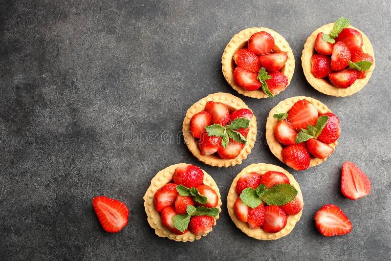 Tartlets med mogna jordgubbar royaltyfri bild