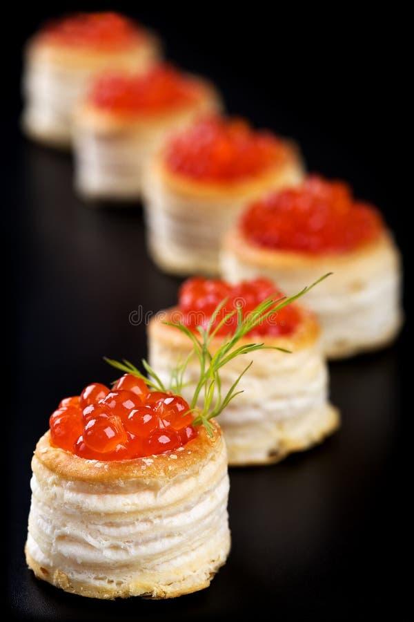 Tartlets met rode kaviaar royalty-vrije stock afbeelding
