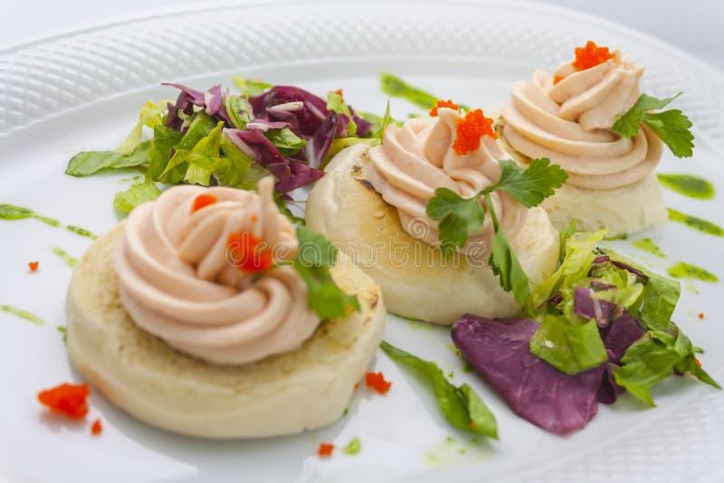 Tartlets met rode kaviaar, boter, twijgen van peterselie en sla royalty-vrije stock afbeeldingen