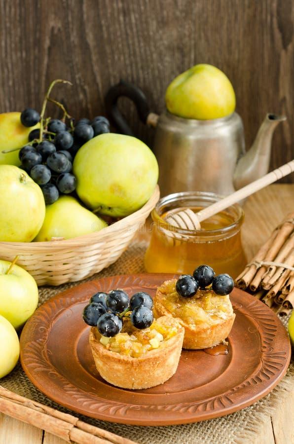 Tartlets mit Apfel, Trauben und Honig stockfotografie